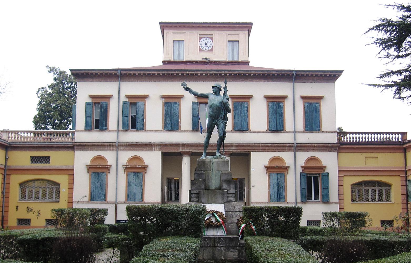 Grande Guerra Vignola - Il Monumento ai caduti della Prima guerra mondiale a Vignola. La statua del fante, opera di Luigi Bondioli, sorgeva originariamente al centro del Parco delle Rimembranze. Nel secondo dopoguerra è stata spostata nel giardino della residenza municipale
