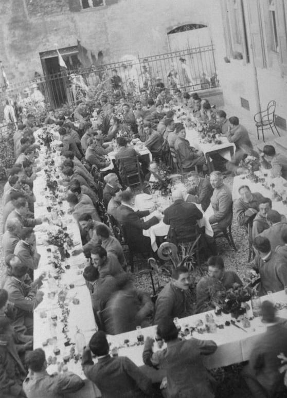 Grande Guerra a Vignola - Settembre 1917: pranzo all'aperto per i militari ricoverati nell'ospedale di Vignola, organizzato nel giardinetto davanti all'ingresso della struttura in piazza Carducci. Foto dall'archivio del Gruppo Mezaluna - Mario Menabue
