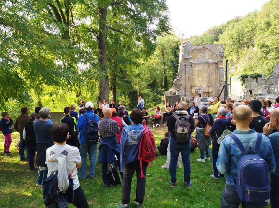 """La narrazione alla chiesa di Casaglia durante il trekking storico """"Passi di pace a Monte Sole"""" - strage di Marzabotto"""