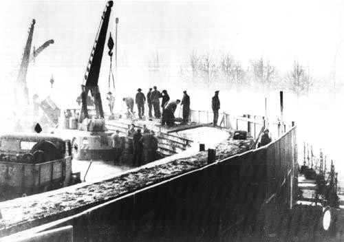 La costruzione del muro di Berlino nel 1961. Foto dai National Archives via Wikimedia Commons
