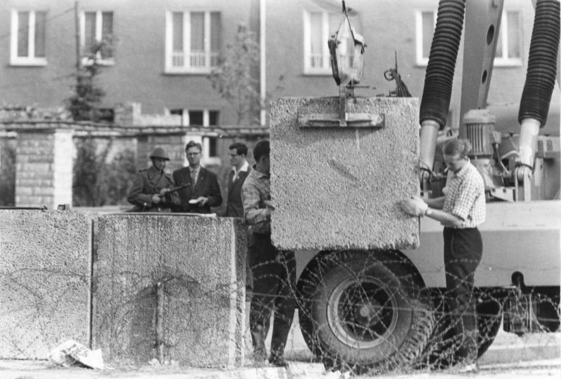 Nell'estate del 1961 il governo della Repubblica democratica tedesca avvia la costruzione del muro di Berlino. Foto dal Bundesarchiv, Bild 173-1321 / Helmut J. Wolf / CC-BY-SA 3.0, via Wikimedia Commons