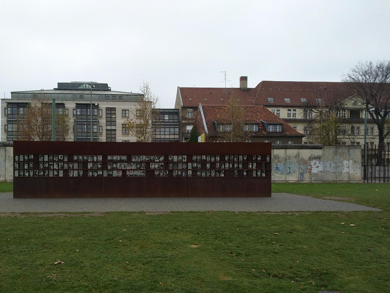 Il memoriale e alcuni resti del muro di Berlino. Foto di Paola Gemelli - caduta del muro di Berlino