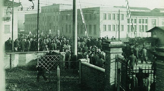 I manifestanti intorno allo stabilimento delle Fonderie Riunite il 9 gennaio 1950. Foto via Wikimedia Commons
