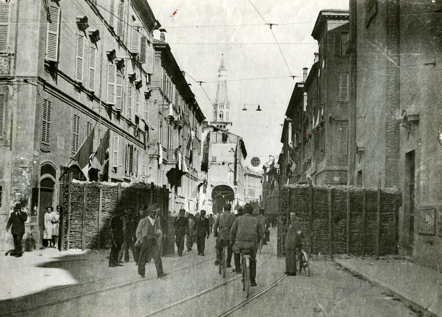 Corso di storia contemporanea - Modena, 22 aprile 1945: nella barricata lungo la via Emilia si apre un varco, poiché i nazisti e i fascisti sono stati cacciati o neutralizzati. La città è finalmente libera. Foto tratta dall'archivio dell'ANPI Modena
