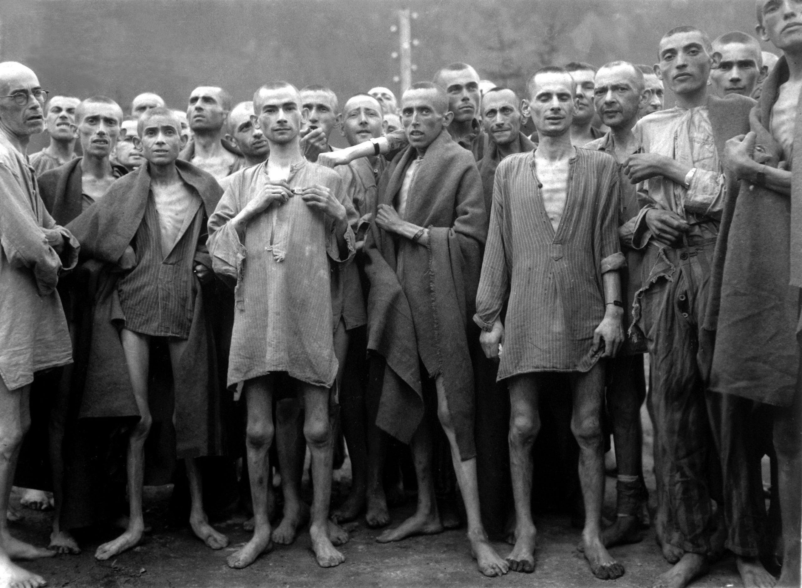 Prigionieri del campo di Ebensee poco dopo la Liberazione. Foto tratta da Wikimedia Commons - dall'antisemitismo Alla Shoah