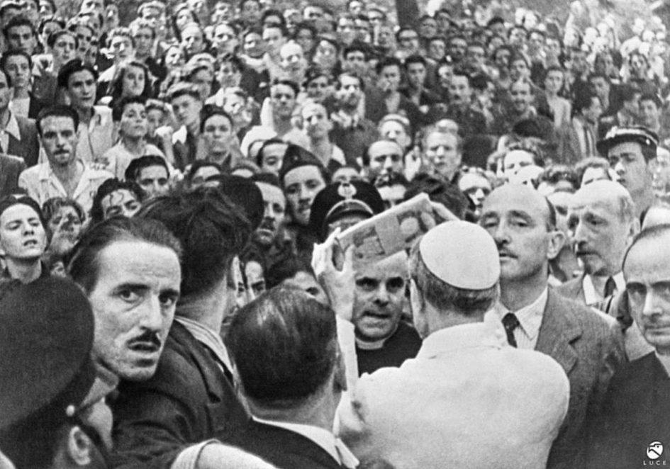 Storia del cristianesimo. 13 agosto 1943: papa Pio XII distribuisce aiuti materiali alla popolazione romana, ancora provata dai bombardamenti sullo scalo ferroviario e sul quartiere di San Lorenzo. Foto via Wikimedia Commons