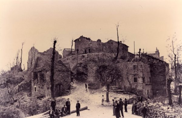 Strage di Monchio, Susano e Costrignano - Monchio dopo la strage del 18 marzo 1944. Foto tratta dall'archivio ANPI Modena
