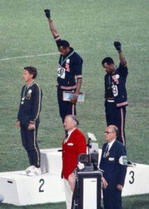 Storia dello sport - Tommie Smith e John Carlos alzano il pugno nero sul podio del 200m a Città del Messico