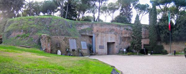Il mausoleo che ricorda la strage delle Fosse Ardeatine