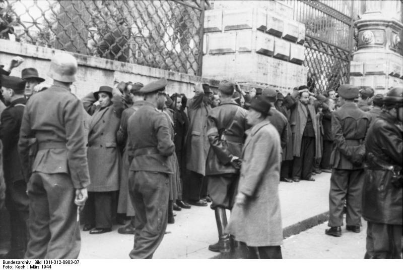 Persone radunate di fronte a Palazzo Barberini durante il rastrellamento successivo all'attacco di via Rasella.  Bundesarchiv, Bild 101I-312-0983-07 / Koch / CC-BY-SA 3.0)