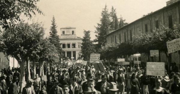 Manifestazione a Vignola nell'immediato dopoguerra. Immagine tratta dal fondo fotografico di Giuseppe Simonini - Statuto dei lavoratori