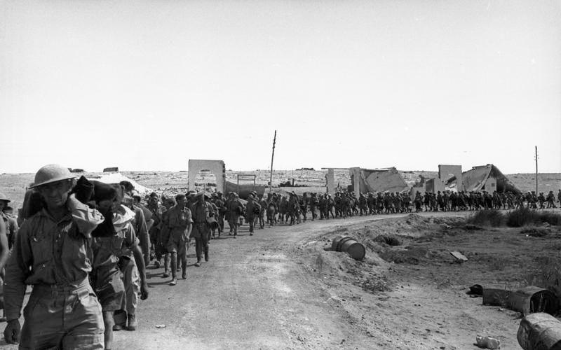 Prigionieri dell'Impero britannico nelle mani dei tedeschi in Nordafrica prima del trasferimento in Italia. (Bundesarchiv_Bild_101I-785-0294-32A, CC-BY-SA 3.0)