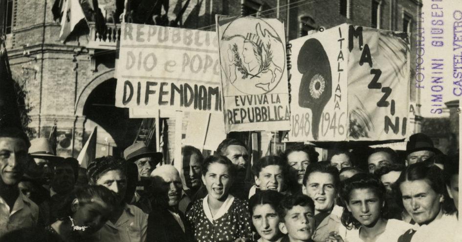 Manifestazione a favore della Repubblica nel modenese, prima del referendum del 2 giugno 1946. Foto tratta dal fondo fotografico di Giuseppe Simonini, digitalizzato presso il Gruppo di documentazione vignolese Mezaluna - Mario Menabue.
