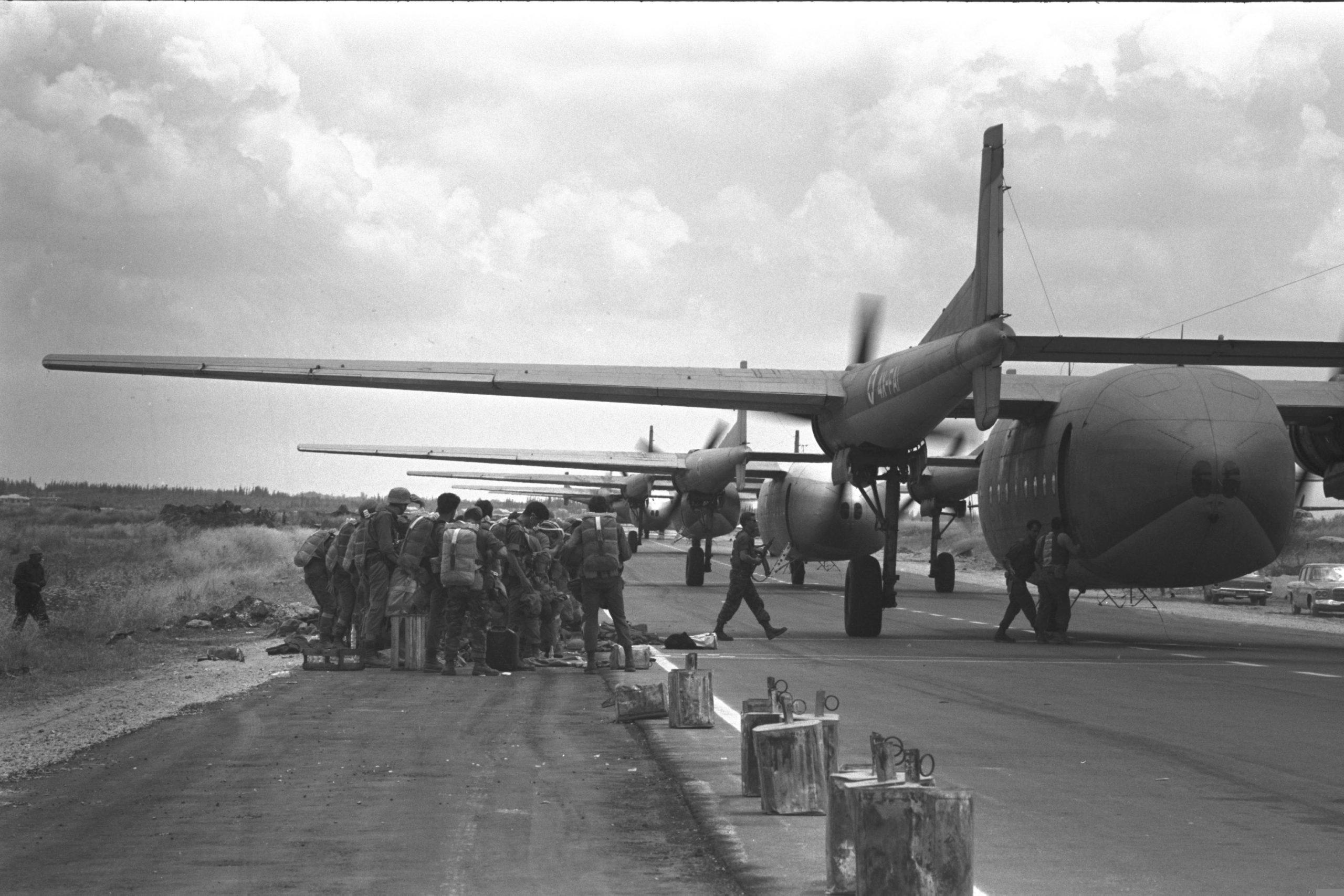 Un'unità di paracadutisti israeliani in partenza per il Sinai. In seguito a un cambio di ordini, l'aereo farà rotta su Gerusalemme. [Government Press Office (Israel) - CC-BY-SA 4.0]