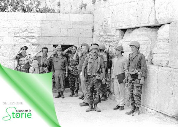 5 giugno 1967: nel giorno iniziale della Guerra dei Sei Giorni i paracadutisti di Israele cantano l'inno al Muro Occidentale sul Monte del Tempio. (Israel Defense Forces, CC-BY-SA 3.0)