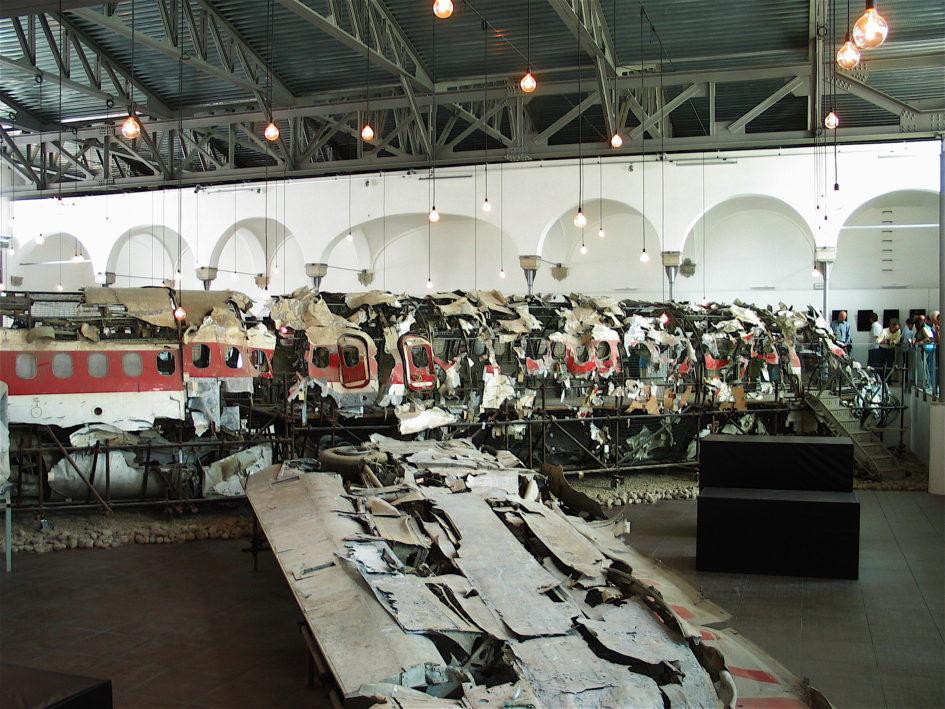 Strage di Ustica: La foto del relitto dell'aereo DC9 Itavia, conservato presso il Museo per la memoria di Ustica, a Bologna, è di Ghedolo; CC-BY-SA 3.0