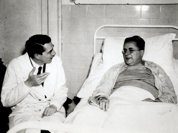 Palmiro Togliatti in ospedale, durante la convalescenza, con il medico Pietro Valdoni - Attentato a Togliatti