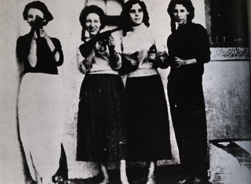 storia del colonialismo e decolonizzazione - Militanti armate della resistenza algerina: da sinistra, Samia Lakhdari, Zohra Drif, Djamila Bouhired e Hassiba Ben Bouali. Foto via Wikimedia Commons