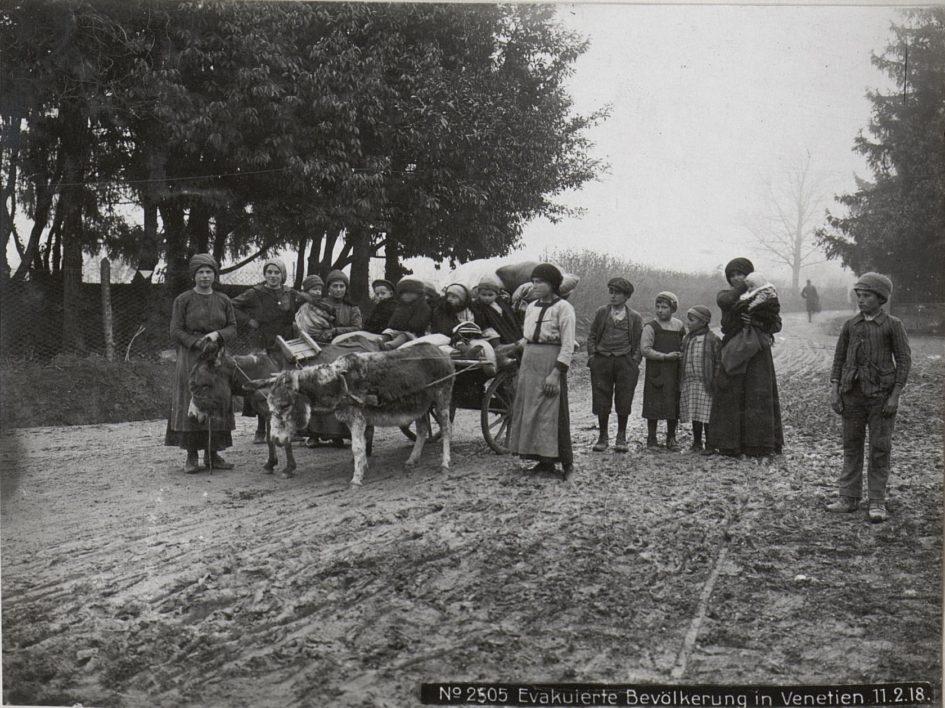 Profughi in fuga nella zona del Piave dopo la rotta di Caporetto, nell'autunno del 1917 - Storie di profughi a Modena