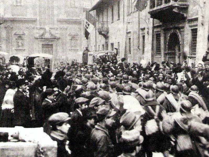 Militari italiani accolti a Trento il 3 novembre 1918