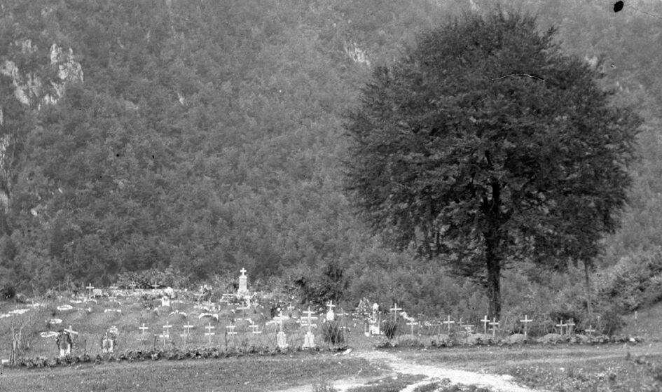 """Cimitero di guerra in Vallarsa. Foto del capitano medico Vaifro Agnoli, impegnato sul Pasubio nel 1918: l'immagine è presente nel libro """"Le casse ritrovate"""". Ringraziamo Fausto Corsini per la gentile concessione"""