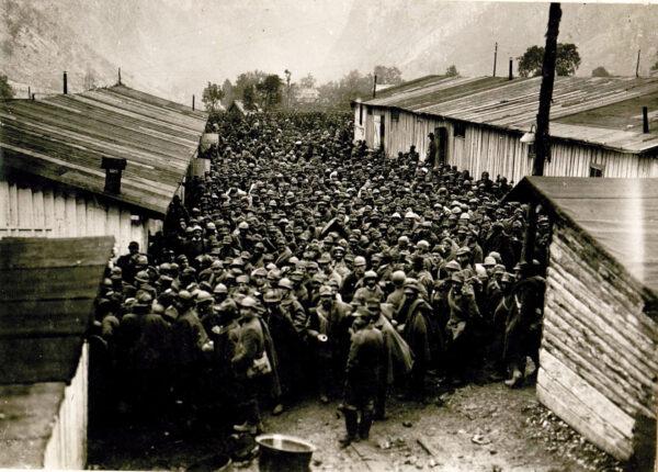 Soldati italiani catturati nel corso dell'offensiva di Caporetto e rinchiusi nel campo sloveno di Soca