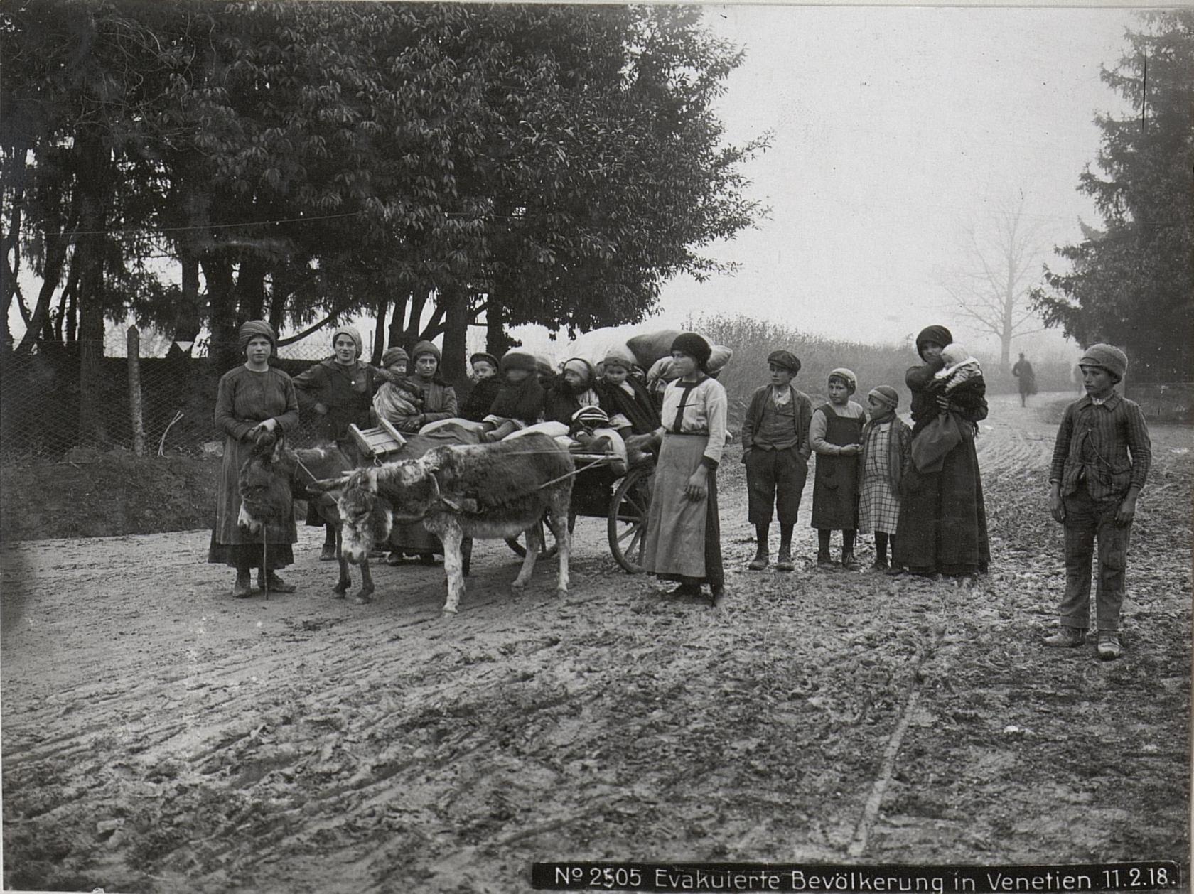 Profughi italiani, fuggiti nel corso della rotta di Caporetto, su una strada del Veneto nel febbraio 1918