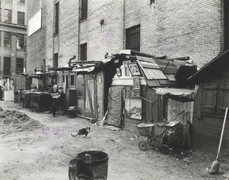 Baracche a New York nel 1935: gli effetti della Grande Depressione sulla società statunitense sono molto visibili. Foto tratta dalla New York Public Library Digital Collections, via Wikimedia Commons