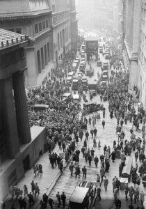 La folla intorno alla borsa di Wall Street il 29 ottobre 1929 - Grande Depressione