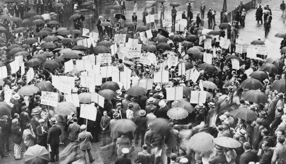 1931: proteste negli Stati Uniti per il fallimento di alcune banche. La Grande Depressione, successiva alla crisi del 1929, manda sul lastrico migliaia di persone. Foto dalle collezioni della Library of Congress via Wikimedia Commons