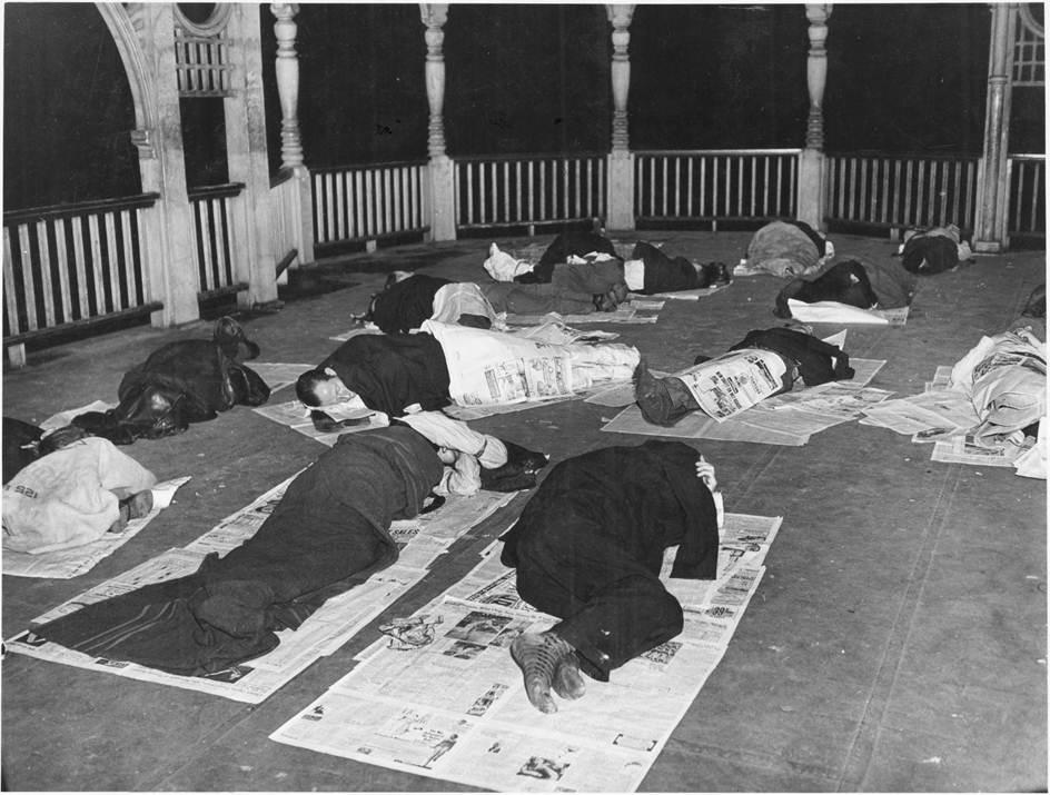 Disoccupati dormono all'interno del Queen's Park a Toronto (Canada) - Grande Depressione