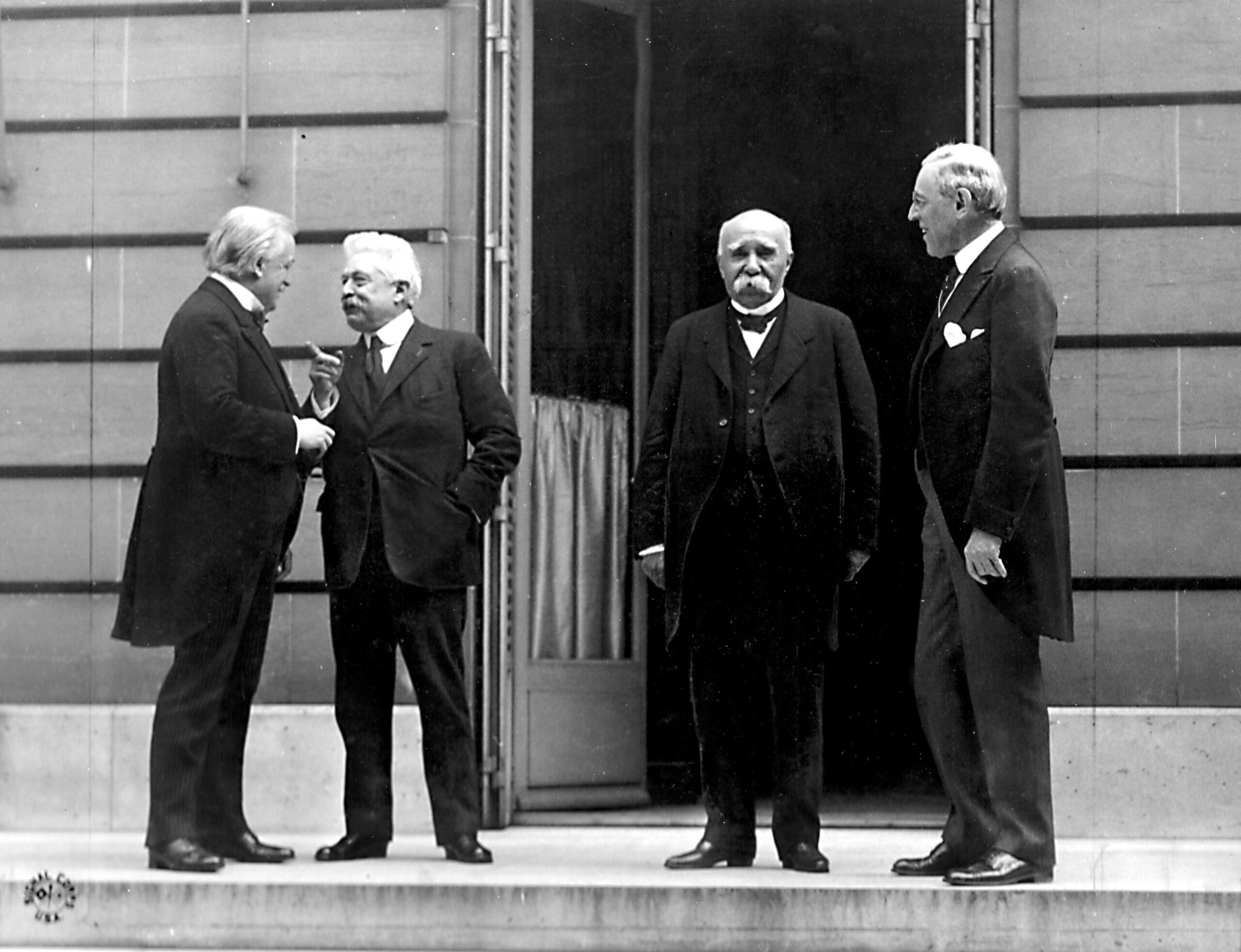"""I """"quattro grandi"""" alla Conferenza di pace di Parigi: da sinistra, David Lloyd George (Impero britannico), Vittorio Emanuele Orlando (Regno d'Italia), Georges Clemenceau (Francia) e Woodrow Wilson (USA)"""