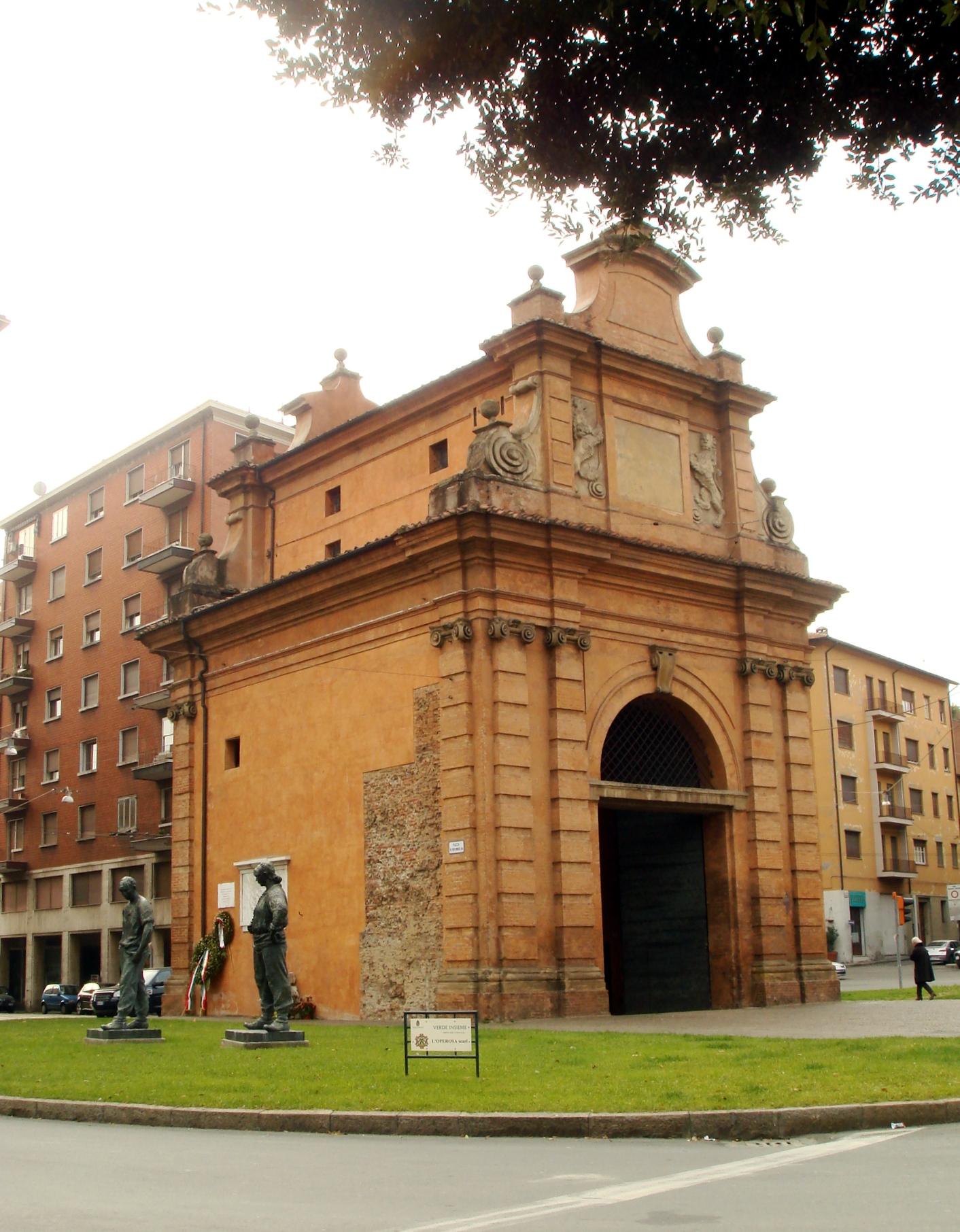 Porta Lame. In basso a sinistra si vedono le statue del partigiano e della partigiana, opere dello scultore Luciano Minguzzi