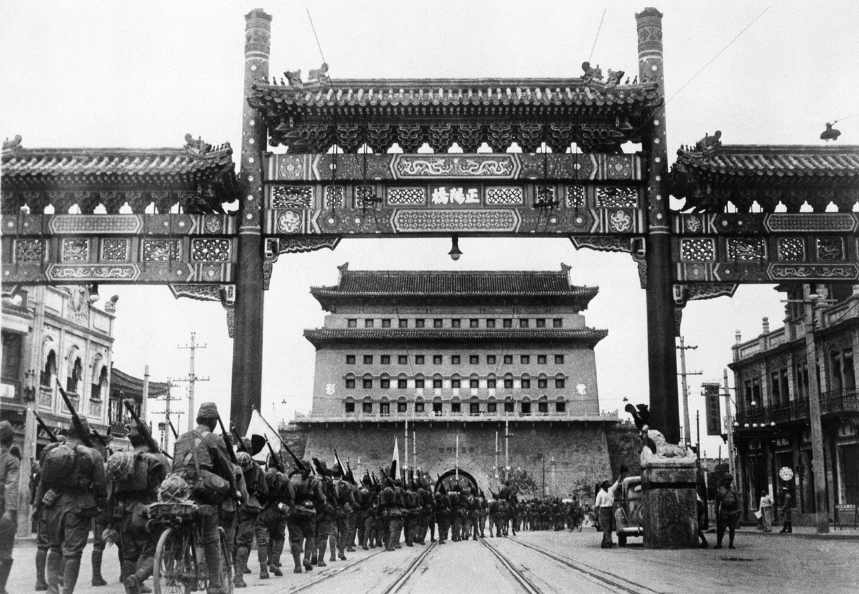 Le truppe giapponesi marciano per le strade di Pechino nel 1937