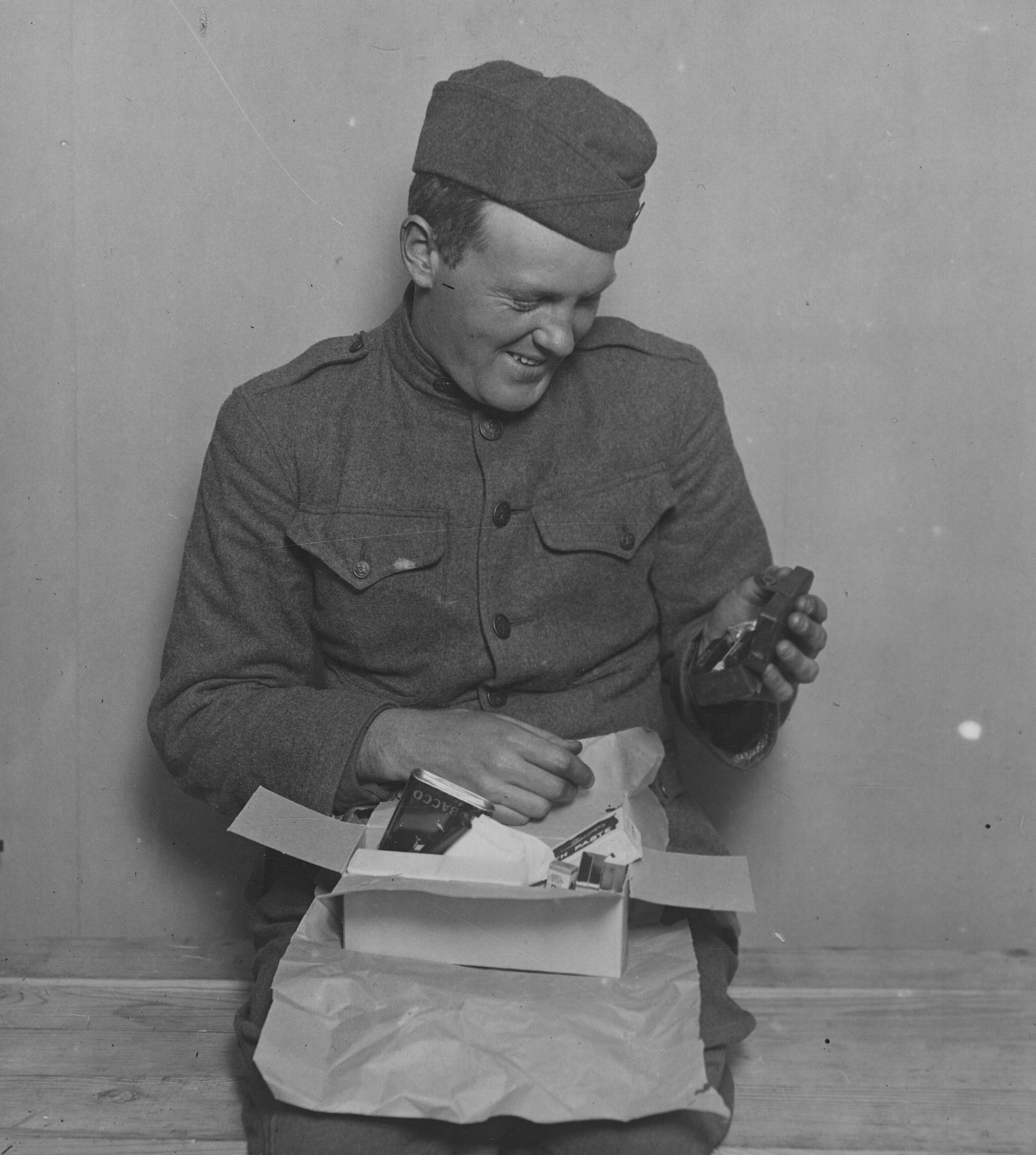 Un soldato riceve un pacco dono della Croce rossa americana