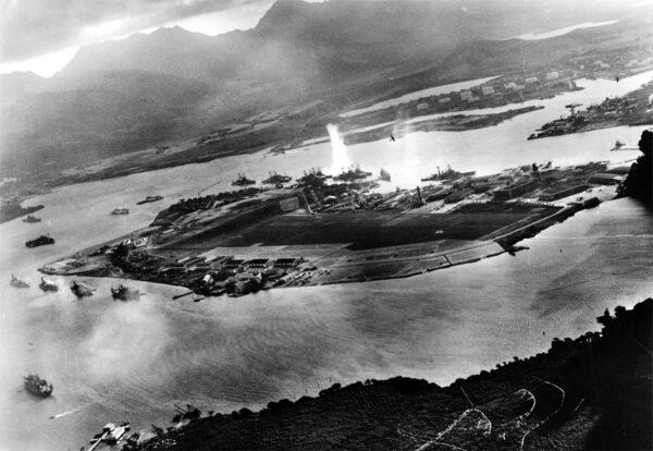Fotografia scattata da un aereo giapponese poco dopo l'inizio dell'attacco a Pearl Harbor. Imperial Japanese Navy - Official U.S. Navy photograph NH 50930