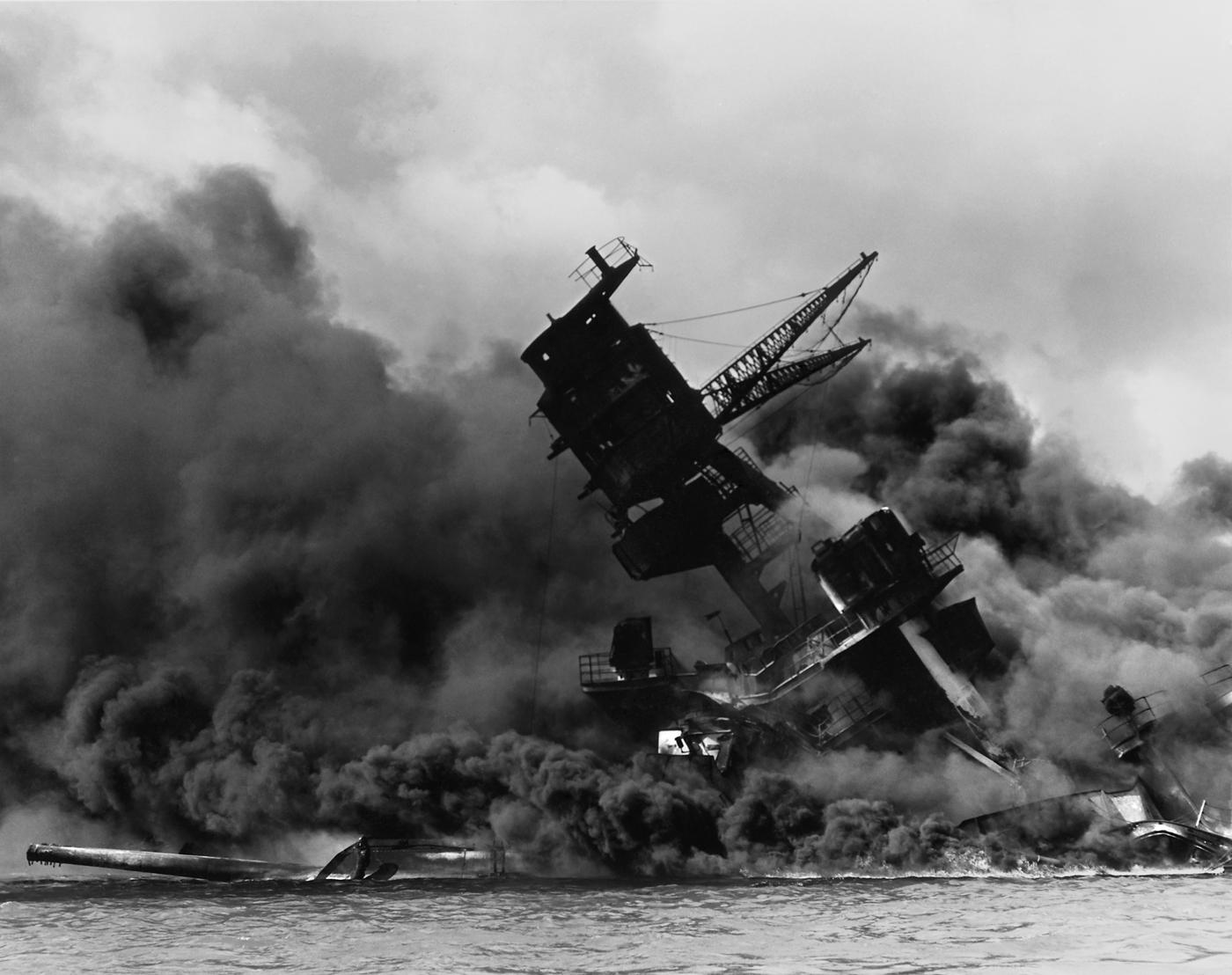 Fotografia della USS Arizona, distrutta durante l'attacco di Pearl Harbor. La devastazione del magazzino degli armamenti di questa nave provoca la morte di circa 1.200 persone