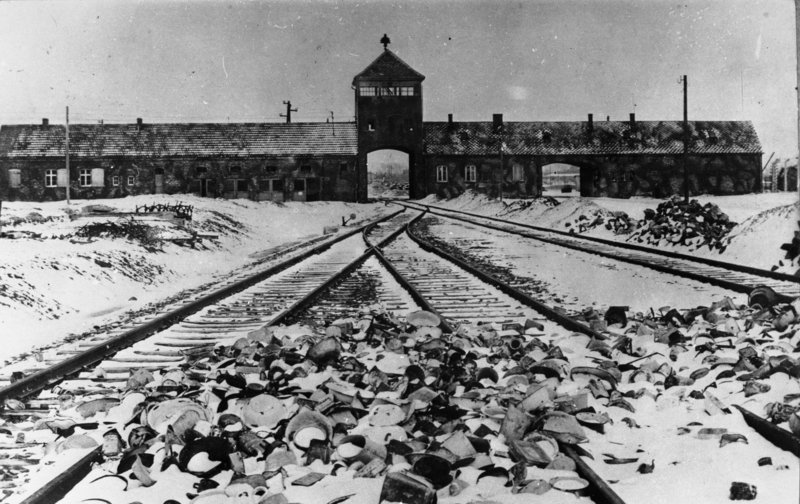 """La """"rampa dei treni"""" nel campo di Birkenau nei primi mesi del 1945. Bundesarchiv, B 285 Bild-04413 / Stanislaw Mucha / CC-BY-SA 3.0"""