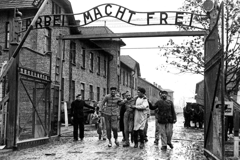 Fotografia presentata come un'immagine della liberazione di Auschwitz, avvenuta il 27 gennaio 1945 da parte dell'Armata Rossa. Alcuni scatti di questo tipo sono stati realizzati qualche settimana dopo, rimettendo in scena la liberazione, a scopo propagandistico. Questa immagine potrebbe essere tra quelle. Giorno della memoria 2021