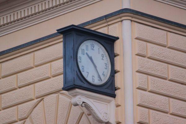 L'orologio fermo dal 2 agosto 1980 alla Stazione centrale di Bologna