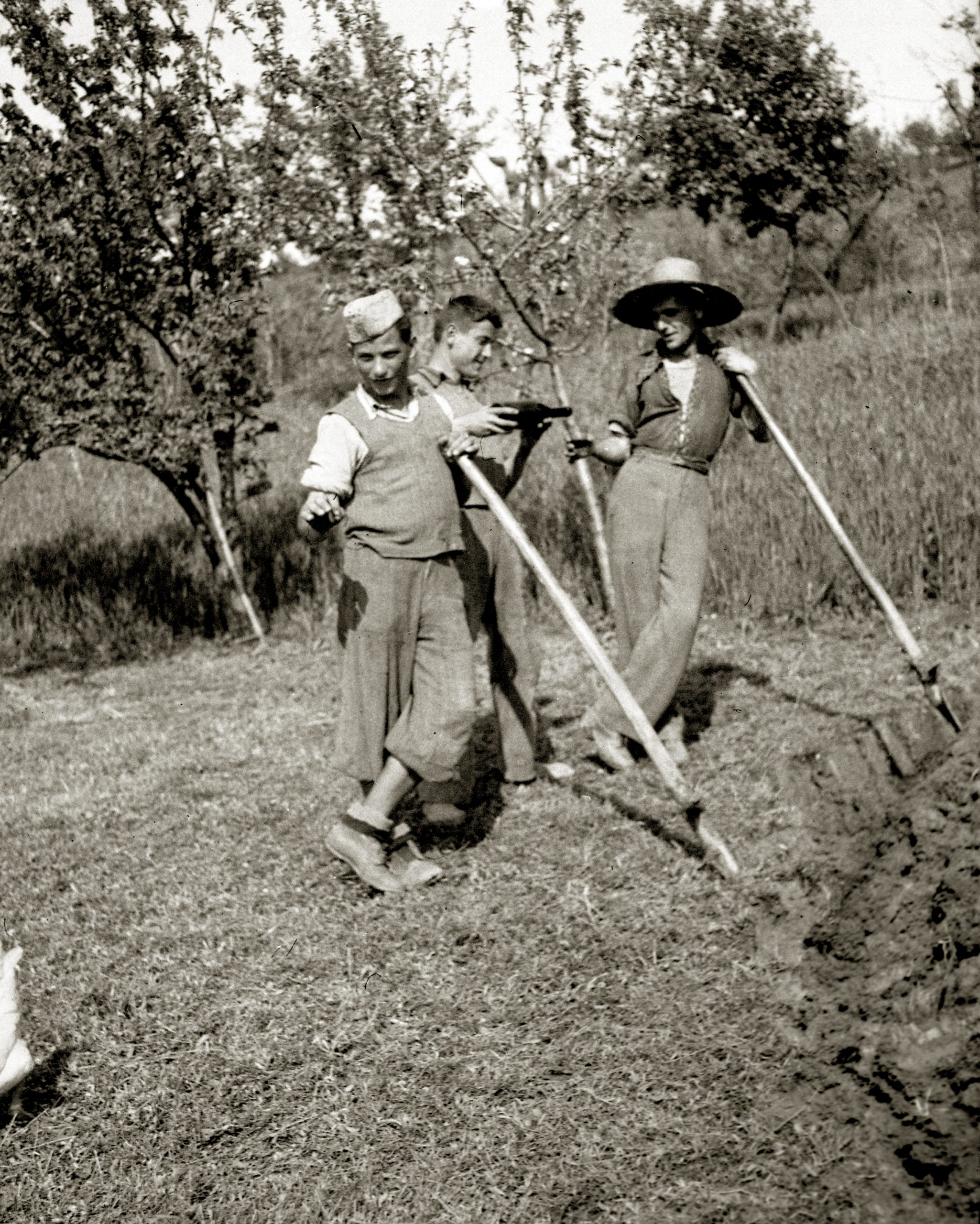 Contadini a Castelvetro di Modena (anni 1930-1940). Foto tratta dall'archivio fotografico di Giuseppe Simonini, conservato in digitale presso il Gruppo di documentazione vignolese Mezaluna - Mario Menabue.